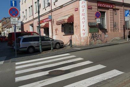 Řidič přejel nohu školačce na přechodu a zmizel! Hledá ho policie