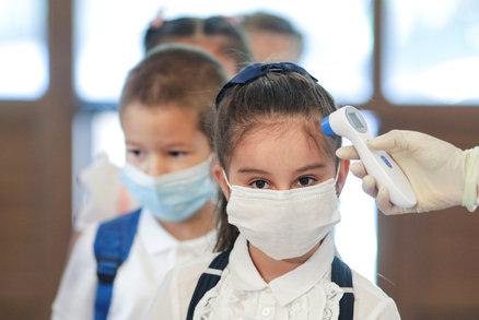 Vědci vysvětlili lehký průběh nákazy u dětí. Chrání je to, co mají už od narození