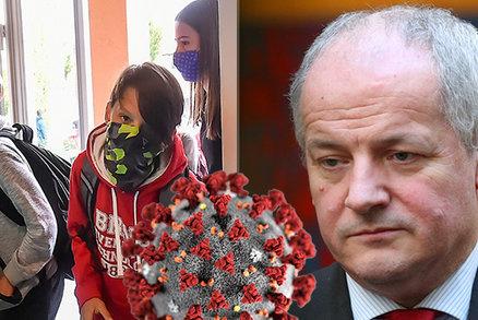 """""""Kuchařka"""" dálkové výuky v Česku: Školy dostaly instrukce, jak žáky nepřetěžovat"""