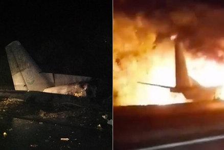 Pilot si spletl přistávací dráhu s cestou: V troskách letounu zemřelo 22 lidí