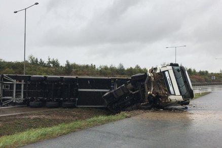 Zavřený Pražský okruh: Převrácený kamion zatarasil silnici! Řidič se zranil