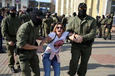 Lukašenko znovu poslal na demonstranty policii. V celách skončilo 150 lidí
