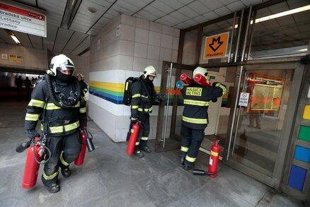 Kouř ve stanici metra! Do Hloubětína vyjeli hasiči, provoz byl dočasně zastavený