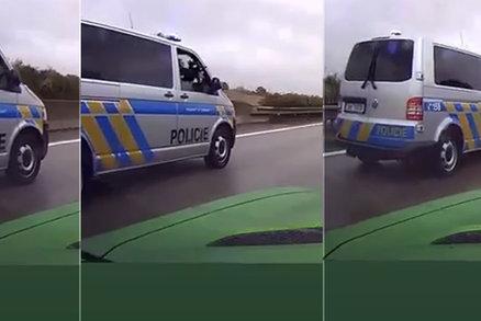 Řidič chtěl na dálnici podjet policisty v konvoji: Jeden z nich vytáhl z okénka zbraň! Kolegové se incidentem zabývají