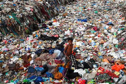 Zoufalé pátrání po dívce (12), kterou pohřbila hora odpadků: Záchranáře trápí i déšť