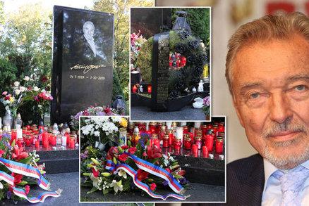 PŘÍMÝ PŘENOS: Gottův hrob se plní svíčkami a vzkazy: Trapas s věncem od prezidenta a šifra!