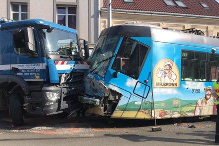 Komplikace v Kobylisích: Tramvaj se srazila s popelářským autem, provoz je omezen