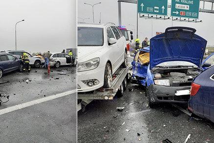 Zavřená D10! Srazilo se pět aut, zraněného člověka hasiči vyprostili