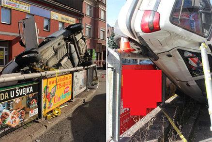 Kuriózní nehoda v Třinci: Řidič přeletěl plot a zaparkoval na střechy aut