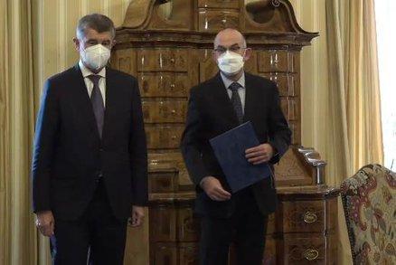 Koronavirus ONLINE: Blatný vystřídal Prymulu a na Karlovarsku dochází lůžka na JIP