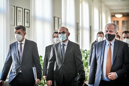Koronavirus ONLINE: Blatný přijel na úřad zadem. A na Karlovarsku dochází lůžka na JIP