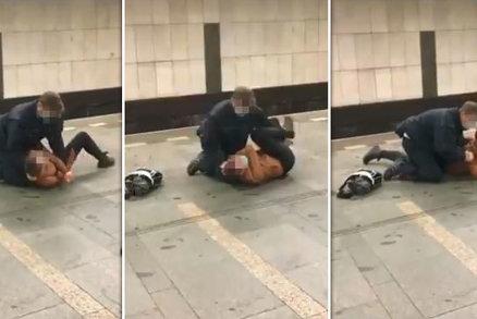 """""""Pusťte mě!"""" Revizor v metru klečel na ležící ženě, neměla jízdenku"""
