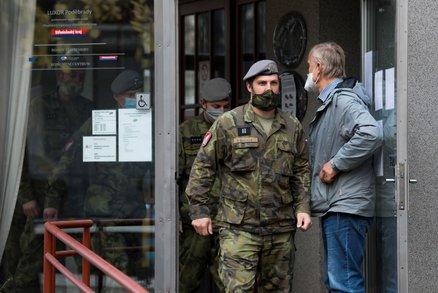 Koronavirus ONLINE: Nouzový stav do 12. prosince, armáda mezi seniory a 6874 mrtvých v ČR