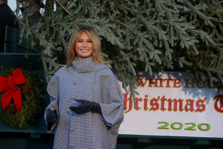 Poslední Vánoce Trumpových v Bílém domě: Melania ukázala u stromku novou barvu vlasů