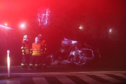 Další tragédie na silnici u Prahy. Srážka osobního vozu s kamionem si vyžádala lidský život