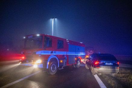 Tragická nehoda na Semilsku: Řidička sjela autem do náhonu, celé se ponořilo