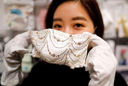 Diamantové i perlové. Obchody rozjely byznys s luxusními rouškami, stojí statisíce