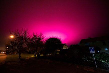 Nebe se zbarvilo do fialova. Město vyděsila záhadná záře, může za ni úroda rajčat