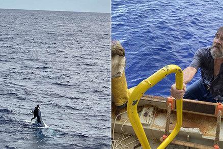 Námořníka probudila voda v posteli: Trosečník čekal na záchranu na kousku potopené lodi