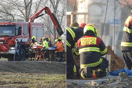 Boj o život dělníka, kterého v Nymburku zavalila zemina: Po více než hodině se ho podařilo dostat ven