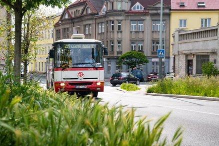ŽIVĚ: Konec jedné éry! Legendární karosy se vydávají na poslední jízdu po Praze