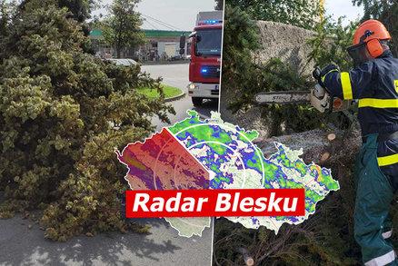 Vichr v Česku může mít sílu orkánu, na Pardubicku trhal střechy. Sledujte radar Blesku