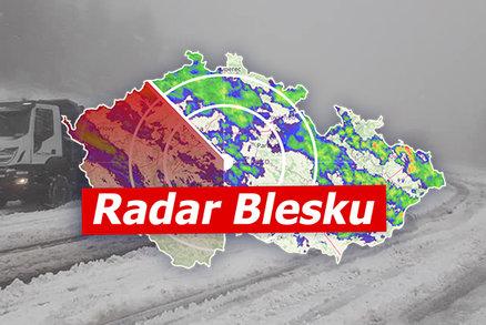 Na Česko se sype sníh. Kloužou chodníky i silnice, hlavní tah do Polska stojí. Sledujte radar Blesku