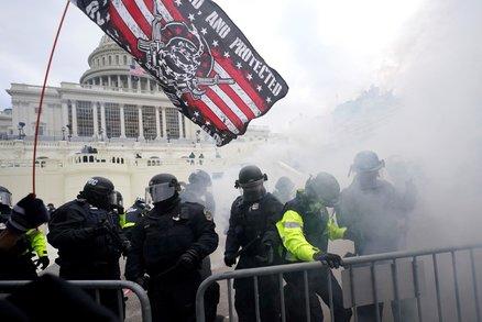 Trumpovi příznivci řádili v Kapitolu: Čtyři mrtví, nastražená bomba i slzný plyn