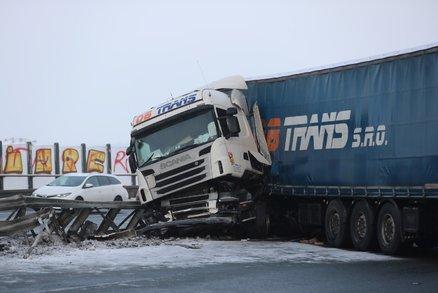 Nehoda blokuje Pražský okruh na Zličíně! Srazilo se auto a náklaďák, vytekly z něj litry nafty