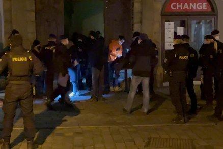 Policie šla najisto! Přes 50 lidí na tajné party v centru Prahy, organizátor v poutech