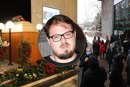 PŘÍMÝ PŘENOS: Na pohřeb zpěváka Davida Stypky (†41) dorazily davy! Loučí se Farna a Klusová