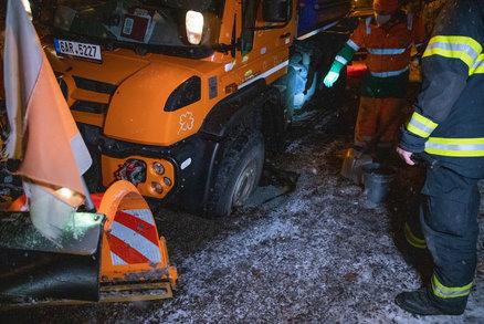Pod sypačem se propadla silnice: Hasiči ho necelé dvě hodiny složitě vyprošťovali