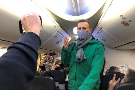 Navalnyj se vrací domů, v Moskvě vyhazují lidi z letiště. Kritikovi Putina hrozí zatčení