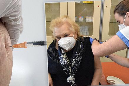 Proberte očkování s lékařem, radí seniorům nad 85 let lékový ústav. Nevyloučil ani smrt