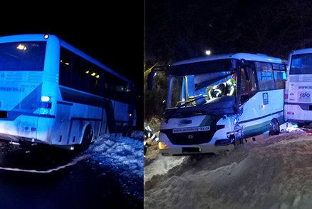 V Rotavě se na namrzlé silnici srazily dva autobusy: Jeden řidič se zranil