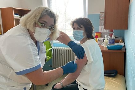 Koronavirus ONLINE: 8423 případů za pátek. Starostka Jeseníku přednostně očkovaná