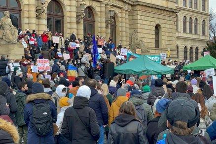 Dost bylo bezpráví! Stovky lidí demonstrovaly v Praze proti zadržení Navalného