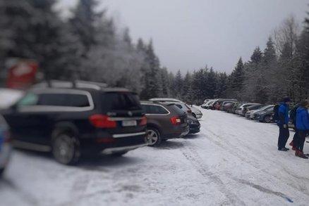 Turisté zavalili Orlické hory, policie musela zasáhnout. Parkoviště praská ve švech