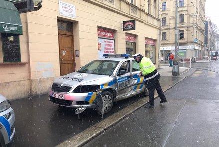 Hrozivá srážka policejního auta s tramvají v Holešovicích! Proražený bok, muž zákona se zranil