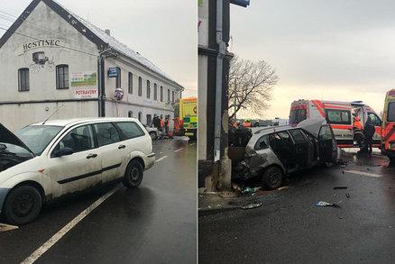 Vážná nehoda na Kladensku: Auto po nehodě srazilo dvě dívky (obě 14)! Vrtulník zasahoval nadvakrát