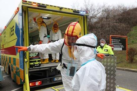 Pražský záchranář o kritické situaci: Každých deset minut vyjíždíme k pacientovi s koronavirem!