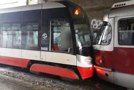 Dvě tramvaje se srazily u hlavního nádraží! Zranily se dvě děti i řidič