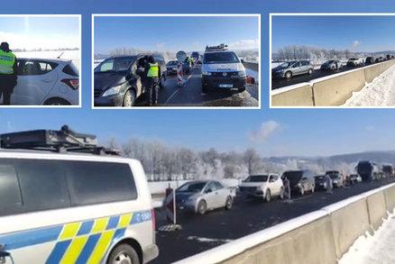 Kolona mezi uzavřenými okresy Cheb a Sokolov. Policie si při kontrole posvítí i na hory
