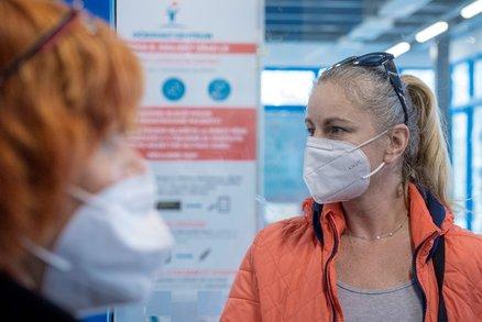 Česko povinně s respirátory na řadě míst: Strážníci řešili hříšníky, potíží nanoroušky