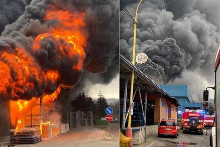 Ohromný požár v Chrastavě u Liberce: Hasiči zastavili šíření, vznikla škoda asi 100 milionů