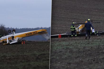 Ultralight musel nouzově přistát na poli u Berouna: Převrátil se, na místo letěl záchranářský vrtulník