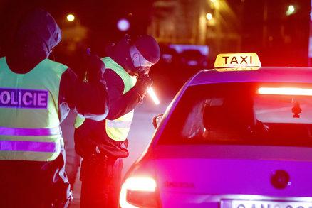 Koronavirus ONLINE: 6998 hospitalizovaných v Česku. A policie kontroluje výjezdy z okresů