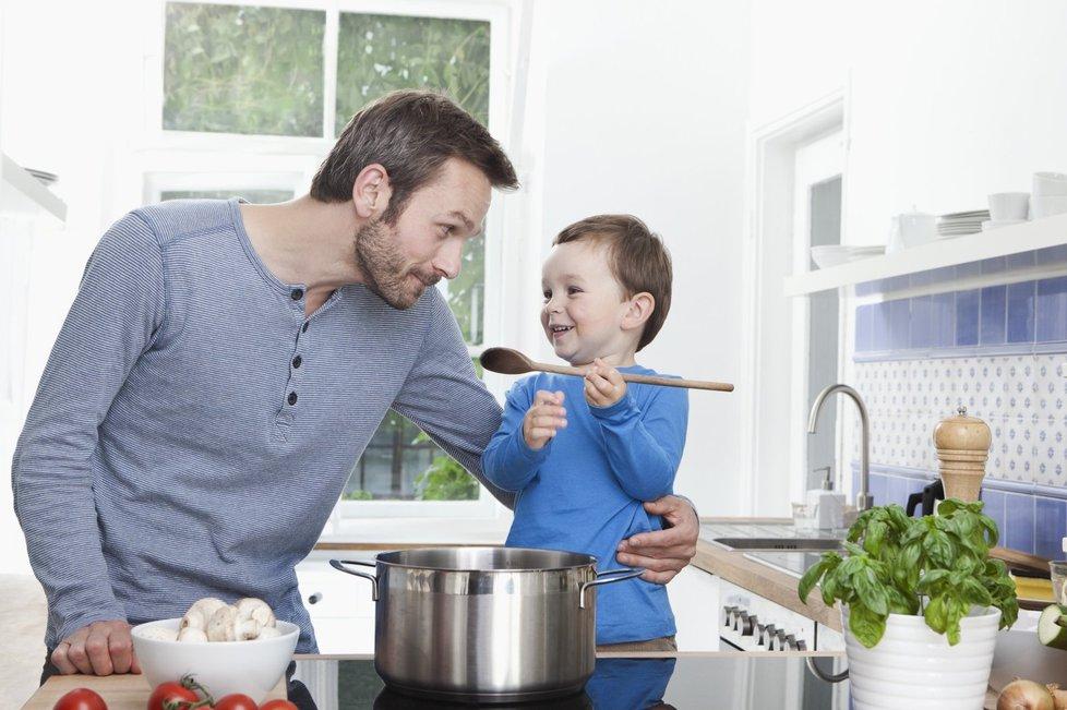 Tatínkové se také o děti dokáží postarat.