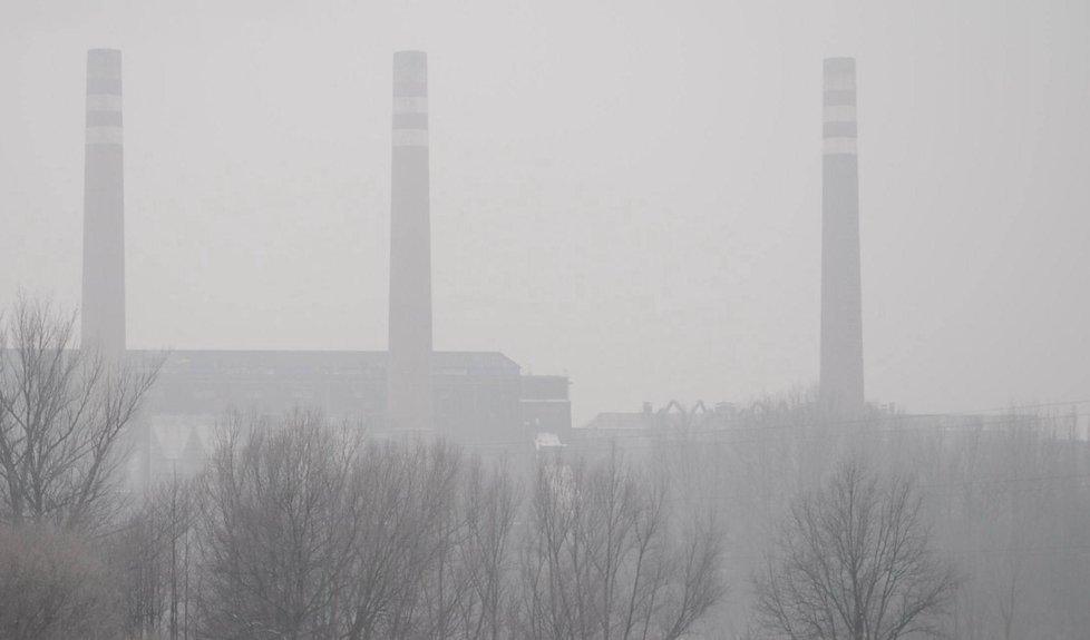 Celé Karvinsko a Ostravu dnes zahalil smog. Inverzní situaci lidé s nadsázkou říkají šedá záře.