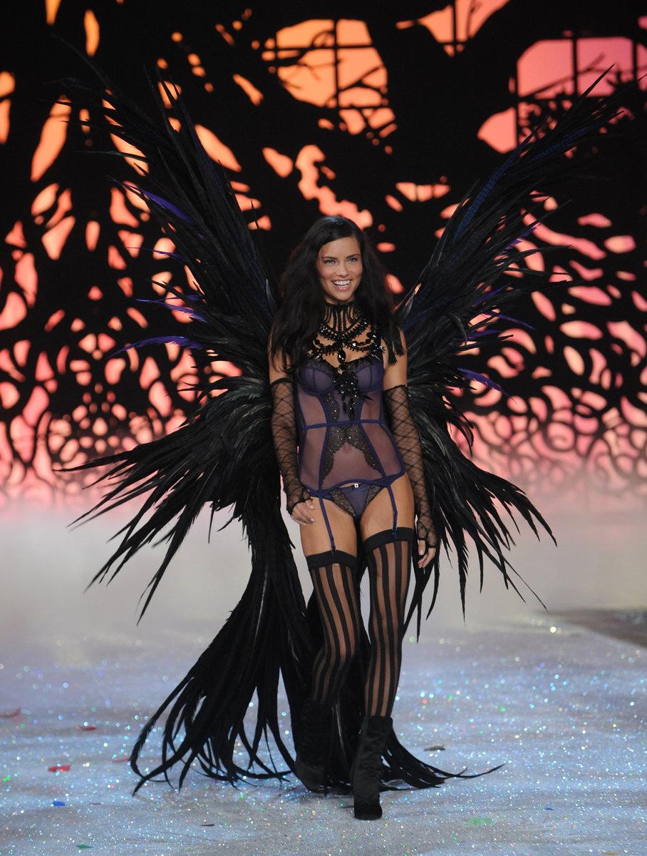 Sexy modelka v kostýmu z peří a černém krajkovém prádle